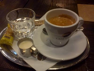 Vôňa kávy: Chuť Brazílie či Kolumbie s knihou v ruke